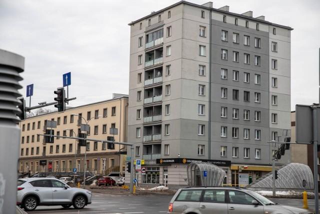 Mieszkanie na czwartym piętrze, stanowi własność gminy. Zarząd Mienia Komunalnego ma się zająć sprawą balkonu z ptasimi odchodami.