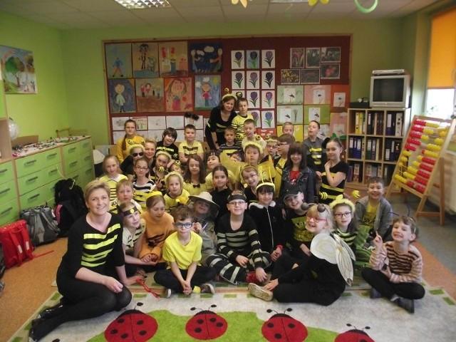 A tak wyglądał cały rój pszczół. Uczniowie klas 1-3 wraz z wychowawczyniami