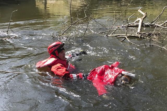 W poniedziałek około godziny 14.15 Policja oraz Straż Pożarna w Słupsku zostały zaalarmowane przez spacerowiczów o zaczepionym o wystający konar drzewa w kanale rzeki Słupia czymś co wyglądem przypomina człowieka. Przybyłe na miejsce zdarzenia służby od razu podjęły akcję ratowniczą. Na szczęście okazało się, że owym topielcem był tylko realistycznie wykonany manekin.