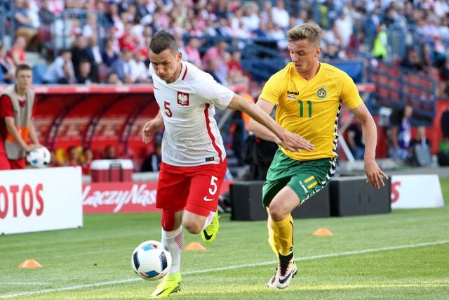 Krzysztof Mączyński podczas meczu z Litwą