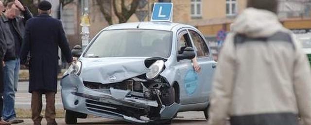 """""""Elka"""" jeszcze z kierowcą w środku odholowana na chodnik tuż po zderzeniu z fordem."""