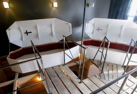 W ofercie berlińskiego hotelu znajdziemy m.in. pokój stylizowany na dom pogrzebowy z łóżkami w kształcie trumien.