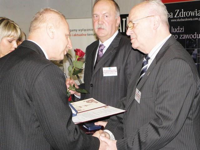 Profesorowie Jerzy Konieczny i Zygmunt Muszyński odbierają okolicznościowe medale z rąk prezydenta Ryszarda Brejzy
