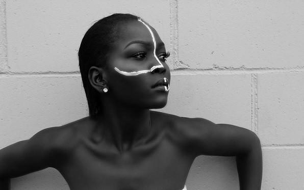 Nyakim Gatwech to modelka pochodząca z południowego Sudanu. Ma 24 lata i bardzo charakterystyczną urodę - nietypowy, wyjątkowo ciemny kolor skóry. Nyakim Gatwech nie ma jednak kompleksów, twierdząc, że czerń do piękny kolor i że należy kochać swoją skórę,  niezależnie od koloru w jakim jest. Nyakim Gatwech to symbol walki z uprzedzeniami i stereotypami dotyczącymi tradycyjnych kanonów piękna.