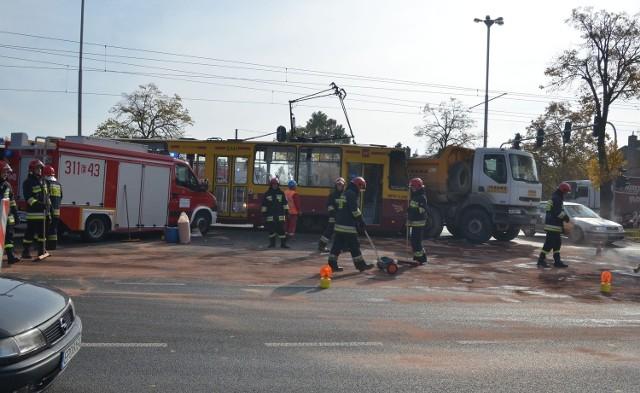 Zderzenie tramwaju z ciężarówką na skrzyżowaniu Pabianickiej z Prądzyńskiego w Łodzi
