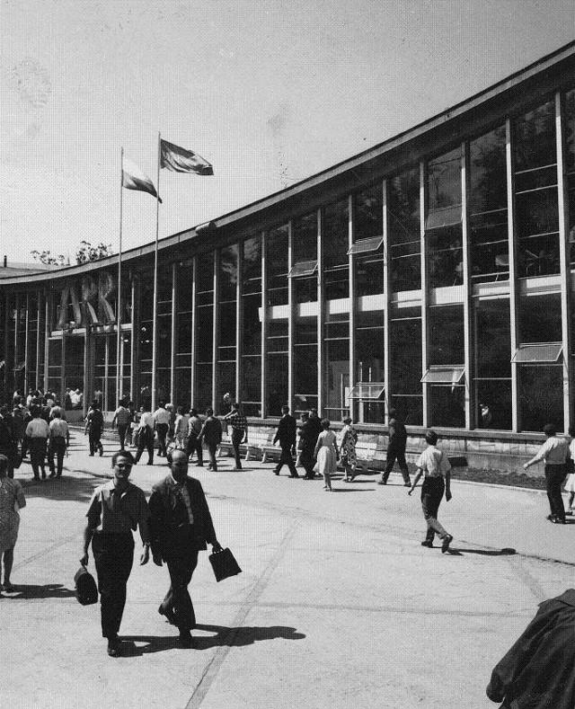 Na historycznych zdjęciach można zobaczyć jak wyglądały nieistniejące już dziś pawilony, m.in. pawilon 17 poświęcony ZSRR