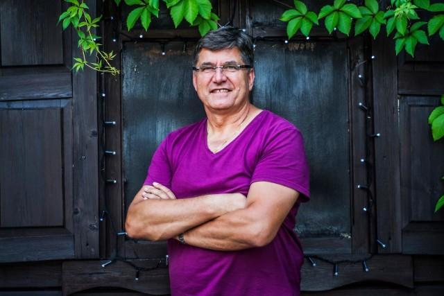 Sławomir ŚwierzyńskiLider i wokalista zespołu Bayer Full, właściciel stadnicy.  Discopolowy zespoł założył w 1984 r. Wspierał kampanię prezydencką Waldemara Pawlaka. Sławomir Świerzyński kilkakrotnie startował z list PSL do parlamentu, bezskutecznie.