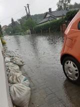 Każda burza to stres. Mieszkańcy mają dość zalewania tych ulic w Czerwieńsku. Skrzyknęli się i posesje zabezpieczają workami z piaskiem