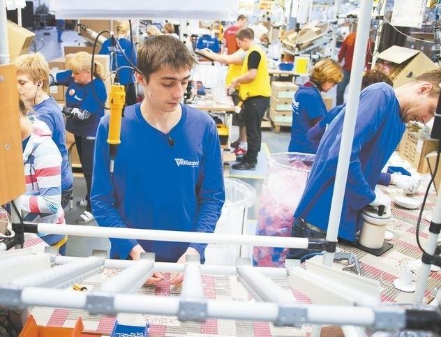 W nowej fabryce praca już wre – na poszczególnych liniach wytwarzane są różne produkty