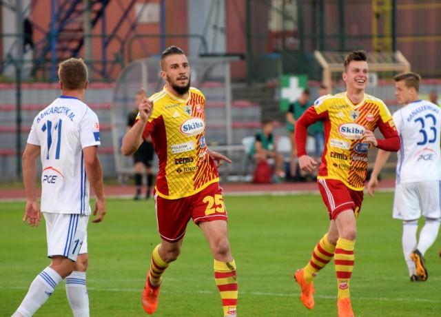 Chojniczanka wygrała na własnym boisku ze Stalą Mielec. W najciekawszym meczu 30. kolejki 1. ligi piłkarskiej bramkę dla gospodarzy - już w pierwszej połowie spotkania - strzelił Wojciech Lisowski (10. minuta). Obrońca ustalił tym samym wynik meczu. Przed spotkaniem obaj rywale mieli po 47 punktów i gonili lidera - Miedź Legnicę, który miał pięć punktów więcej. Ostatecznie gościom w Chojnicach nie udało się zdobyć gola choćby na wyrównanie. Teraz Chojniczanka jest na 2. miejscu w tabeli tuż za Miedzią, która wygrała u siebie z Olimpią Grudziądz 2:1. Zespoły nadal dzieli pięć oczek.