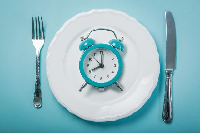Dieta IF to inaczej naprzemienny post w określonych dniach i godzinach. Działa skuteczniej niż tradycyjna dieta odchudzająca i jest korzystna dla zdrowia, a przy tym pozbawiona negatywnych konsekwencji typowych dla ciągłej głodówki!