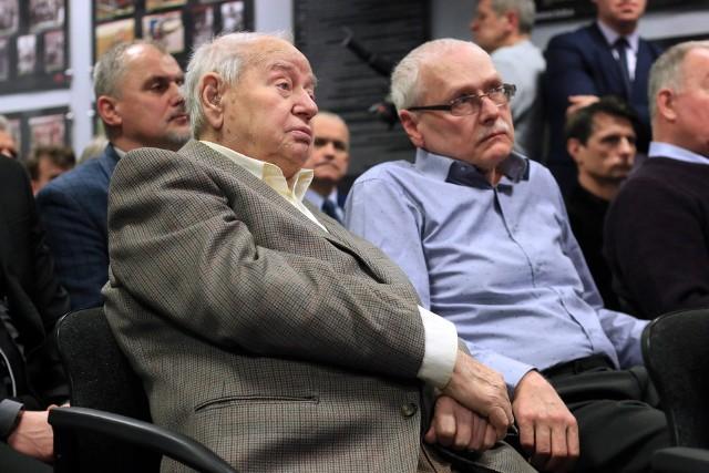 Dr Lucjan Piątek (z lewej) razem ze swoim synem Krzysztofem Piątkiem, również sędzią l.a.