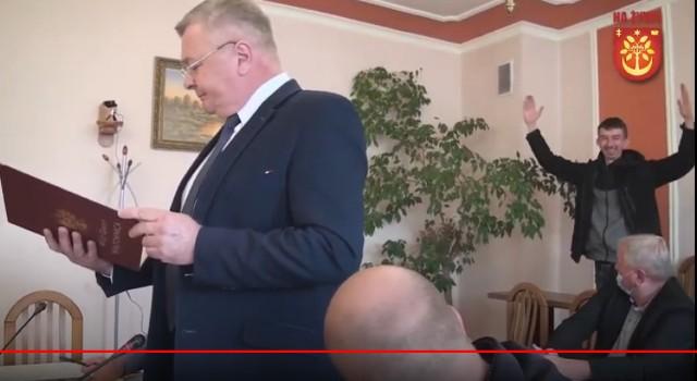 Wójt Wiązownicy Marian Ryznar ogłosił, że z dniem 30 września składa rezygnację z zajmowanego stanowiska. Nz. po prawej niekryjący radości Albert Dworak.