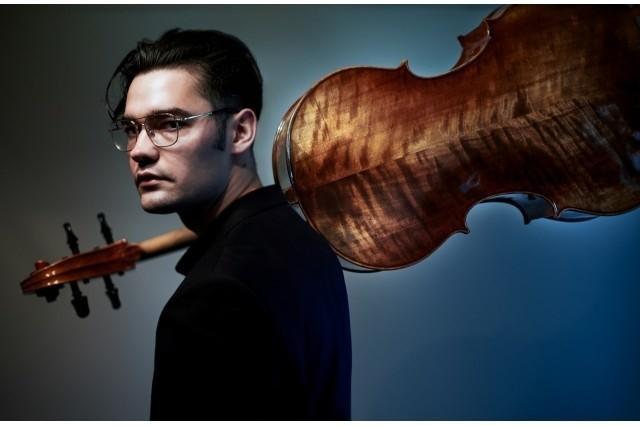Bartłomiej Fromm - urodził się w 1993 roku w Bydgoszczy, w rodzinie o długich tradycjach muzycznych. Edukację muzyczną rozpoczął w wieku 5 lat, pierwsze lekcje wiolonczeli pobierał u koncertmistrza pobliskiej filharmonii. W tym czasie zaczął już liczne występy przed publicznością, a w 15 roku życia miał już swoich pierwszych uczniów.