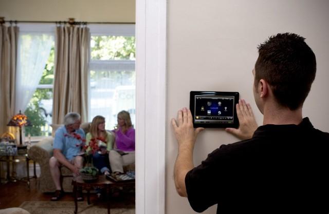 Panel sterujący na ścianiePanel kontrolny montuje się na ścianie. Komunikuje się on z resztą podłączonych urządzeń poprzez sieć bezprzewodową