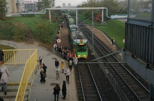 Awaria spowodowała wstrzymanie ruchu tramwajowego w kierunku centrum.