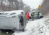 Groźny wypadek w Niegowonicach. Opel zderzył się z dacią. Trzy osoby trafiły do szpitala