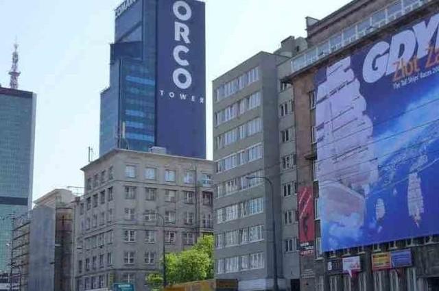 Reklama na budynku zasłaniająca oknaReklamy na budynkach wciąż zasłaniają okna