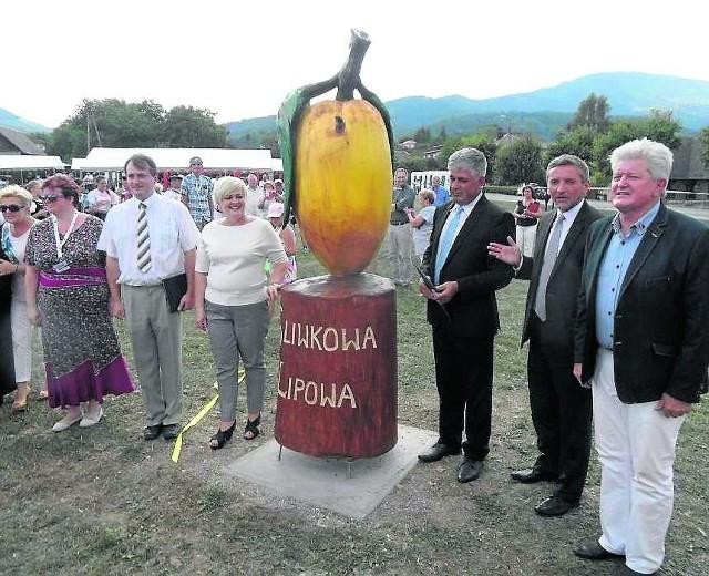 Wójt Jan Góra (na zdjęciu pierwszy z prawej) podczas niedawnego odsłonięcia pomnika Śliwki w Lipowej