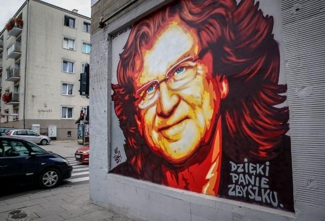 Niedawno na ścianie budynku we Wrzeszczu, przy ulicy Do Studzienki, pojawił się piękny mural z wizerunkiem wspaniałego artysty Zbigniewa Wodeckiego. Przypomnijmy, że znakomity muzyk zmarł 22 maja 2017 roku w Warszawie. Mural to świetny pomysł dla uczczenia pamięci o Wodeckim.