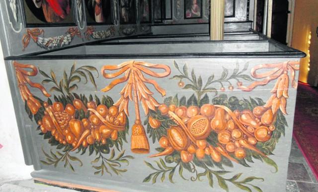 Malunek girlandy owocowo-warzywnej  zdobiący ławę w kościele w Krzywym Kole