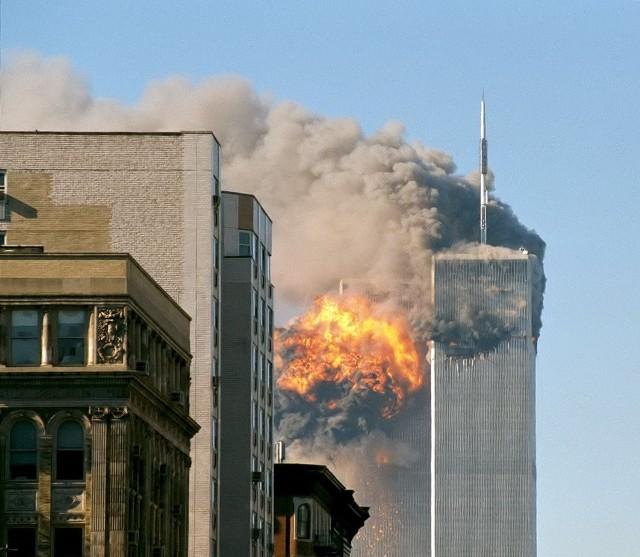 11 września 2001 roku miał miejsce najgłośniejszy zamach terrorystyczny na świecie. O godzinie 8.46 i 9.03 czasu lokalnego, dwa samoloty pasażerskie uderzyły w dwie bliźniacze wieże na nowojorskim Manhattanie