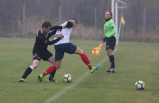 W Dobrzyniewie Dużym Korona (białe koszulki) przegrała 0:4 z Czarnymi Czarna Białostocka