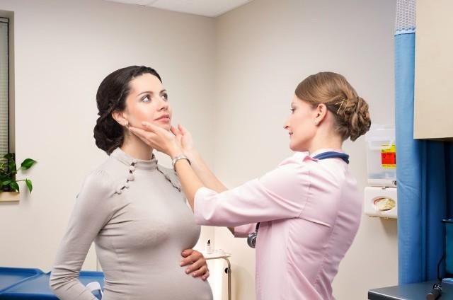 Choroby tarczycy długo nie dają o sobie znać, a chorujący narząd nie boli. Tarczyca jest na tyle mała, że nie widać jej gołym okiem, a jej widoczne powiększenie objawia się już w zaawansowanej fazie choroby. Tarczyca może chorować głównie z powodu niedoczynności i nadczynności, na skutek tych schorzeń mogą wystąpić choroby autoimmunologiczne takie jak Hashimoto i choroba Gravesa-Basedowa, a także nowotwór. Jakie mogą być przyczyny rozwoju tych chorób? Sprawdź!