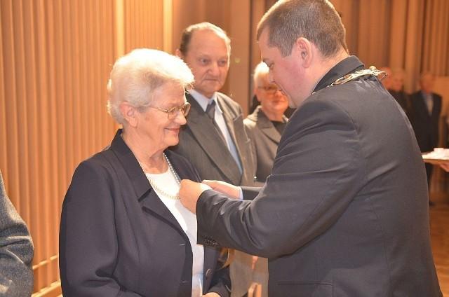 Prezydent Gorzowa Wlkp., Jacek Wójcicki, uhonorował wieloletnie małżeństwa. Uroczystość odbyła się w Filharmonia Gorzowskiej.