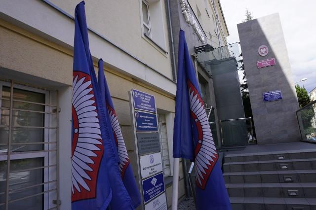 W poniedziałek na oznakowanych radiowozach i budynkach policji w Wielkopolsce zawisły flagi Niezależnego Samorządnego Związku Zawodowego Policjantów.