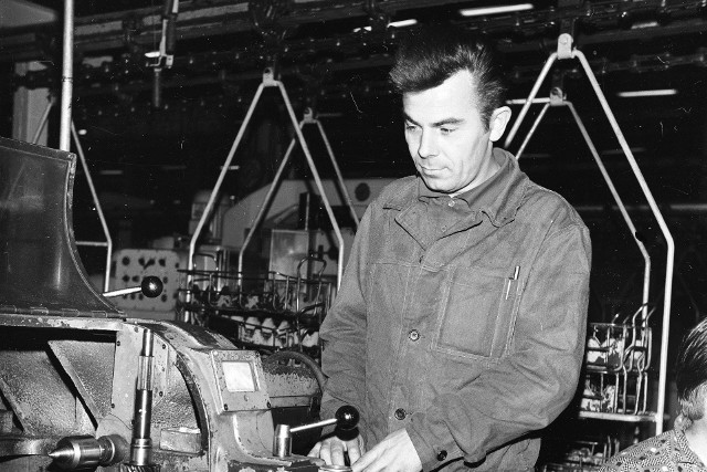 Jak wyglądała praca w latach 70.? Co należało do obowiązków typowego pracownika?  Zapraszamy w podróż do kultowej epoki Gierka.
