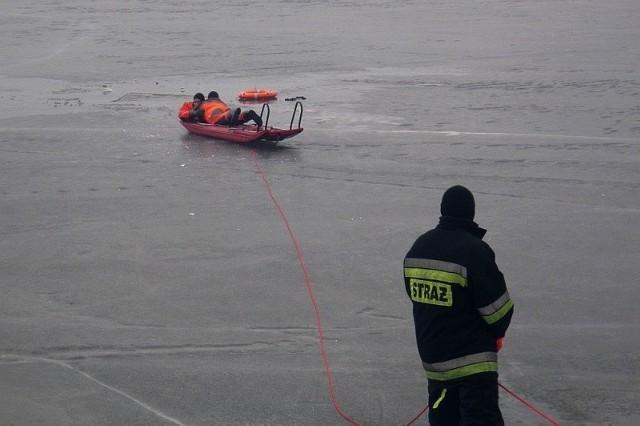 Straż pożarna do transportu nastolatków wykorzystała sanie lodowe