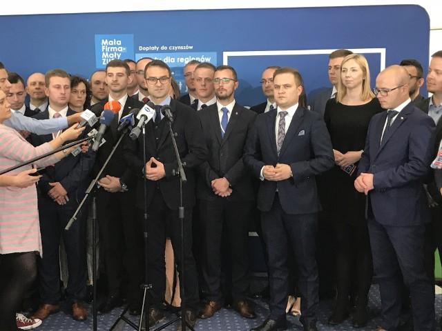 Europoseł Tomasz Poręba w towarzystwie młodych kandydatów PiS