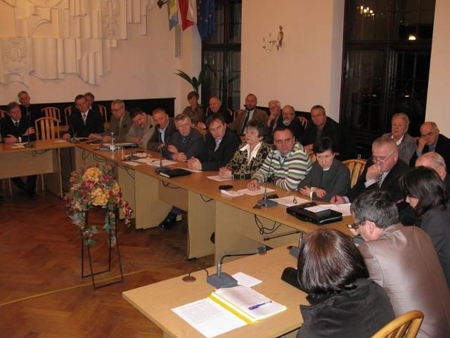 Wojewoda pomorski i komisja rewizyjna rady sprawdzają, czy radni Teresa Lipka, Ewa Szyca i Mirosław Kwaśniewski nie łamią przepisów zakazujących im gospodarowania na gminnym mieniu.