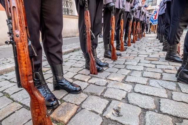 Na policjanta z Pleszewa skargi były już kilka lat temu. Wtedy mówiono, że mobbinguje podwładnych oraz molestuje policjantki. Tamta sprawa rozeszła się po kościach, zarzutów nie dostał. Teraz jest podejrzany w nowej sprawie.