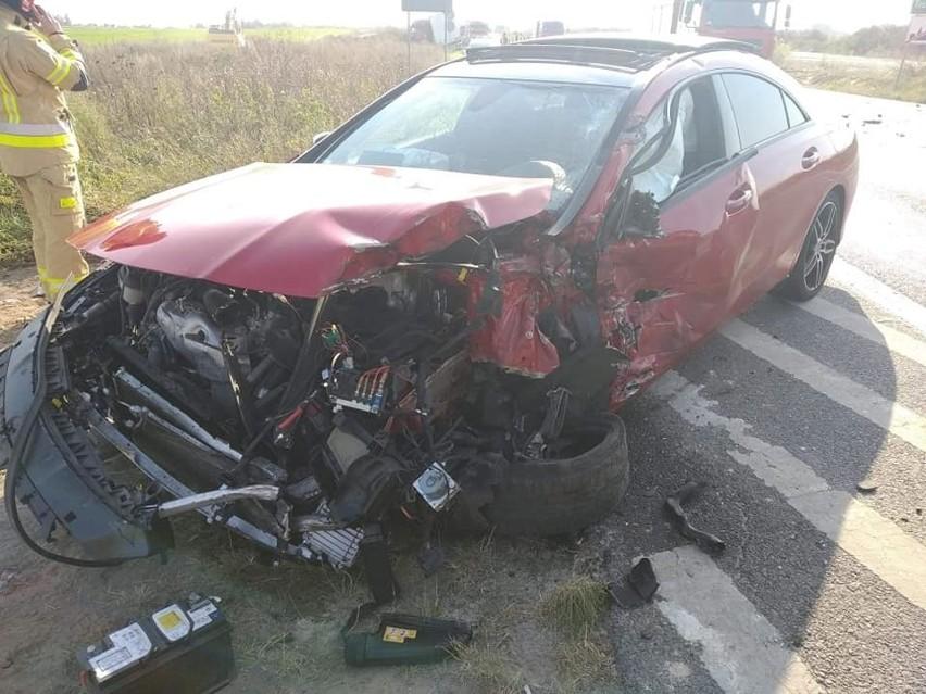 Tuż przed godziną 15 samochód osobowy zderzył się z samochodem ciężarowym. Zdjęcia mamy dzięki uprzejmości SP Dobrcz, która błyskawicznie dotarła na miejsce zdarzenia