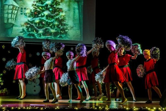Wykonawcami tego pełnego magii świątecznego widowiska, którego zwieńczeniem był zjawiskowy taniec anioła były dzieci i młodzież na co dzień uczęszczająca do sekcji zainteresowań (wokalnej, tanecznej, teatralnej oraz recytatorskiej).