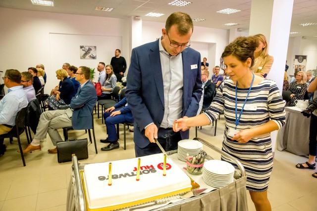 SoftwareHut, przebojowy trzylatek miał nawet tort urodzinowy, którym podzielił się z uczestnikami otwarcia Centrum Konferencyjno-Coworkingowego dla branży IT. Na zdjęciu Alicja Szymkiewicz  Robert Strzelecki z GK TenderHut.