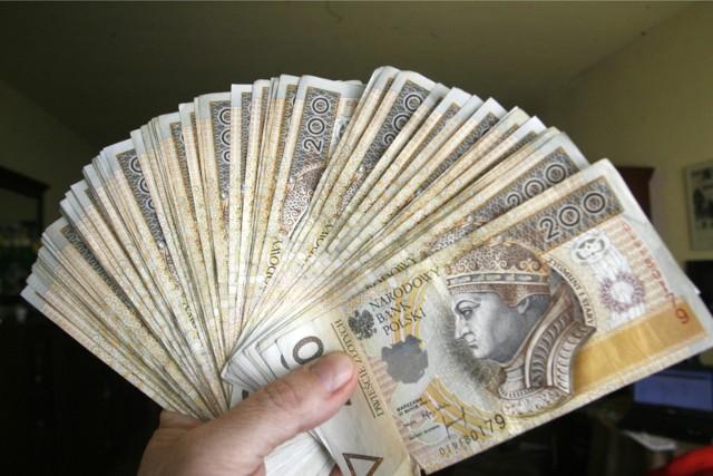 Pobierający minimalne wynagrodzenie będą teraz dostawać o 100 zł brutto więcej.