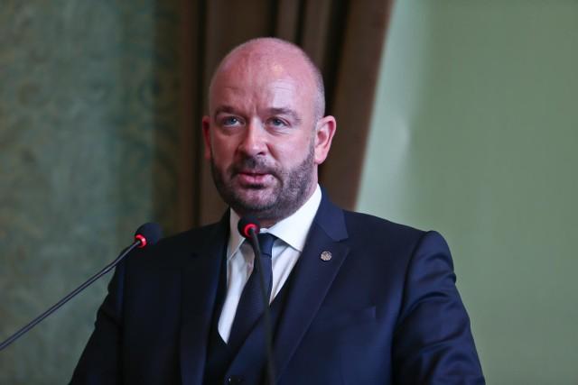 Radni Nowoczesnej zagrozili, że jeśli Jacek Sutryk nie uwzględni ich propozycji poprawek, zagłosują przeciwko budżetowi na 2021 rok. Bunt radnych Nowoczesnej postawił pod znakiem zapytania dalsze istnienie koalicji rządzącej Wrocławiem. - Złożyliśmy cały szereg poprawek do budżetu, wskazując źródła finansowania i oczekujemy by prezydent Jacek Sutryk i jego przedstawiciele nas wysłuchali i pochylili się nad nimi. To nie są nasze pomysły, ale postulaty wyborców - powiedział Piotr Uhle przewodniczący Klubu Radnych Nowoczesna w Radzie Miejskiej Wrocławia. Jego klub przed tygodniem zgłosił 44 poprawki do projektu budżetu Wrocławia na przyszły rok. Wśród nich są propozycje wielu inwestycji, zgłaszanych przez samych wrocławian. Czy Jacek Sutryk ustąpi i zgodzi się na warunki Nowoczesnej by ocalić koalicję, o tym najpewniej przekonamy się w najbliższych dniach. Sesja Rady Miejskiej na której zdecyduje się los projektu budżetu Wrocławia na 2021 rok odbędzie się 17 grudnia. We wnioskach klubu można znaleźć cały szereg propozycji, by zamiast wydawać pieniądze na promocję miasta czy obsługę prezydenta, przeznaczyć je na remonty podwórek, ulic, budowę placów zabaw czy remonty szkół i budowę obiektów sportowych. Na kolejnych slajdach prezentujemy inwestycje, których przeprowadzenia lub rozpoczęcia w przyszłym roku domagają się radni Nowoczesnej.