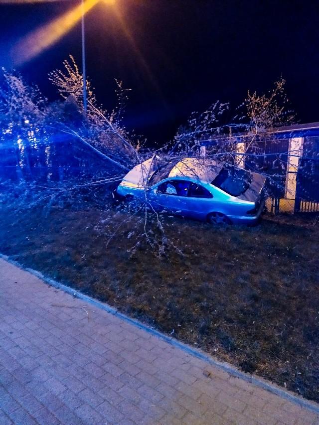 Pościg trwał od ulicy Sybiraków do Poleskiej, gdzie po rozbiciu mercedesa, kierowca próbował jeszcze uciekać pieszo.