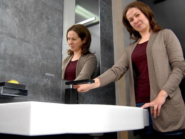 """- Funkcjonalność łazienki dla osoby niepełnosprawnej osiągniemy także dzięki prawidłowemu rozmieszczeniu ceramiki i wyposażenia – twierdzi Urszula Gacek, architekt z Architektonicznej Pracowni Projektowej z Rzeszowa. Zdjęcia zostały wykonane w sklepie z wyposażeniem łazienek """"MITRA"""" przy Al. Okulickiego w Rzeszowie."""