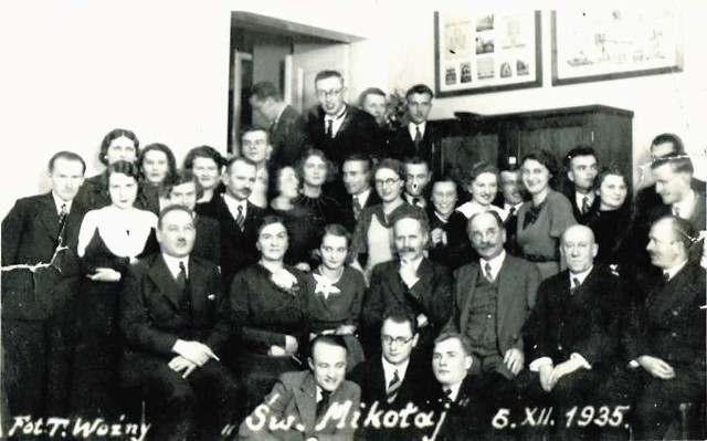 Wrogiem publicznym stał się podczas zjazdu prof. Władysław Konopczyński (siedzi czwarty od prawej)