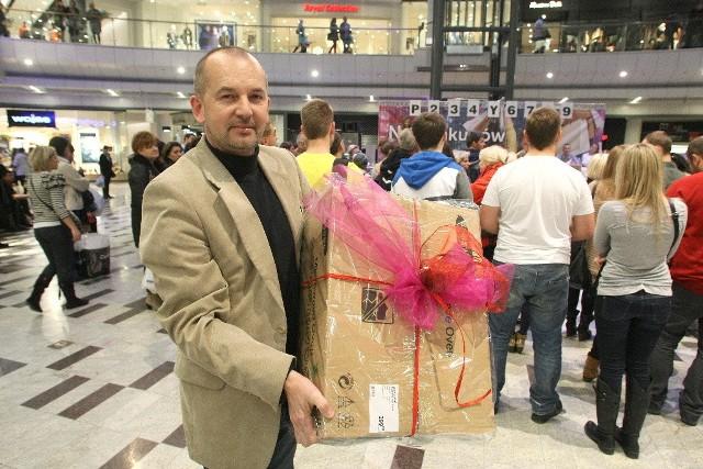 Pan Waldemar z Kielc, który był na nocnych zakupach razem z żoną, wygrał w konkursie kuchenkę mikrofalową.