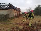 Przysiecz. Pożar samochodu w stodole. Strażacy bronili sąsiednich budynków przed ogniem [ZDJĘCIA]