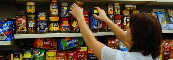 Robiąc zakupy sprawdzajmy termin przydatności do spożycia, a także porównujmy, czy cena towaru na półce zgadza się z tą przy kasie.