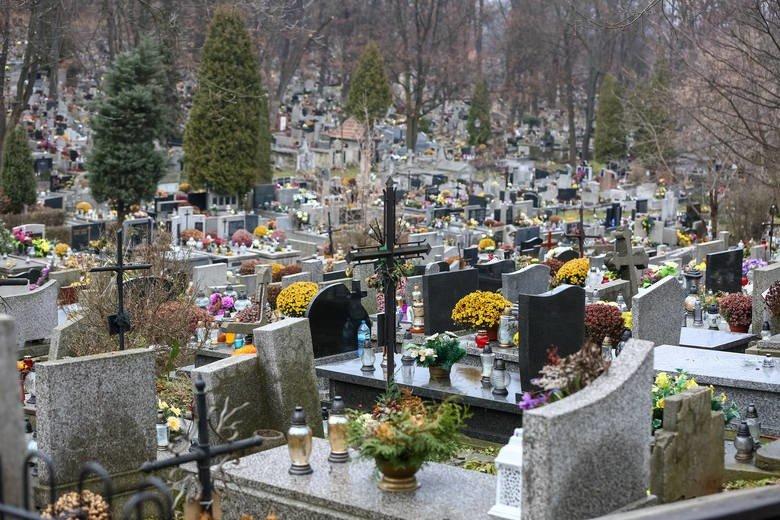 Kraków. Czy w sytuacji kolejnych obostrzeń rządu można pójść na cmentarz i odwiedzić grób bliskich? | Gazeta Krakowska