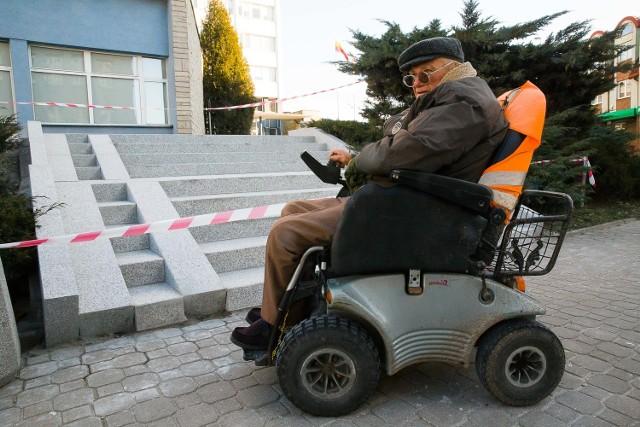 A tu miało być udogodnienie dla kobiet z wózkami, a wyszło jak widać. Trzeba podnieść wózek, by wjechać - pokazuje Kazberuk.