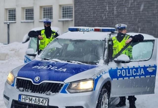 Atak zimy sparaliżował ruch na drogach. Gdyby nie pomoc mundurowych z monieckiej drogówki, niepełnosprawny mężczyzna mógł nie dotrzeć do szpitala