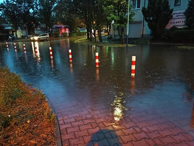 Trochę deszczu i Nowa Huta staje się basenem.. Ulice masakra.. Tu Osiedle Złotego Wieku..